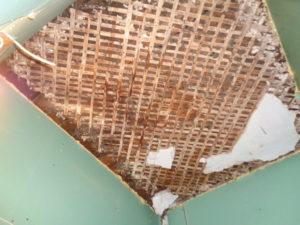 Разрушение штукатурного слоя на перекрытии